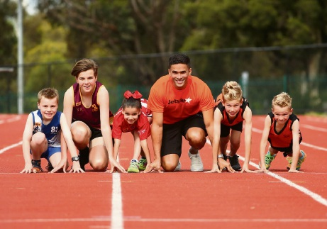 Little Athletics participants with former Olympic sprinter John Steffensen.