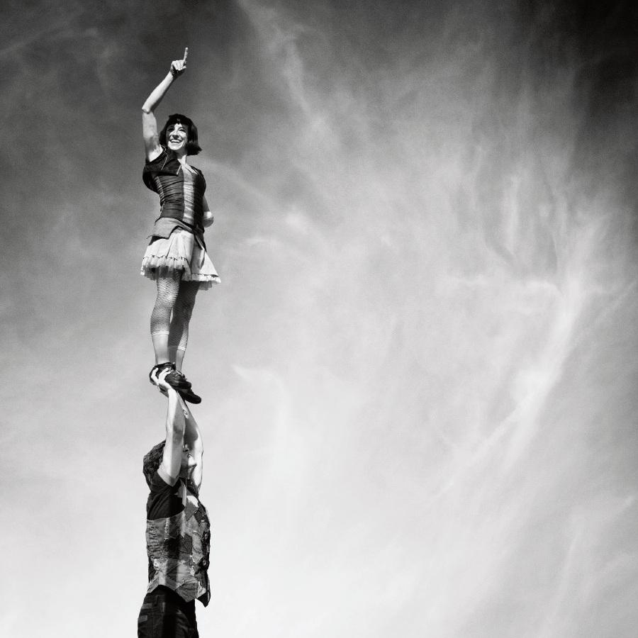 manoAmano Circus Company.