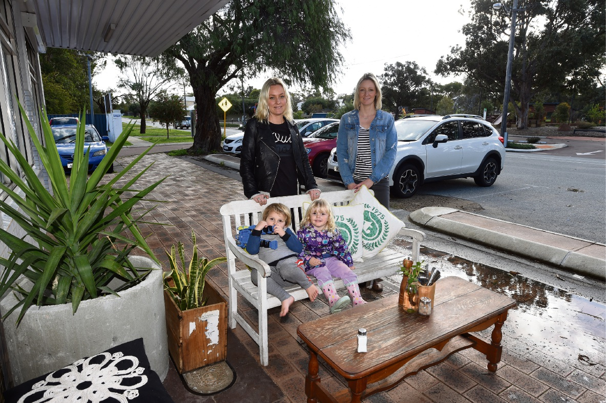 Carly and Melissa Simpson with Lilah Tucker (2) and Marlo Martelli (3). Picture: Jon Hewson www.communitypix.com.au   d472666