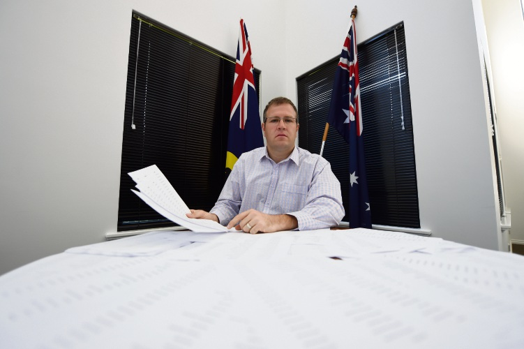 Tangney MP Ben Morton has gathered close to 5000 signatures as part of his push to alter plans for the $100 million Murdoch Drive connection.