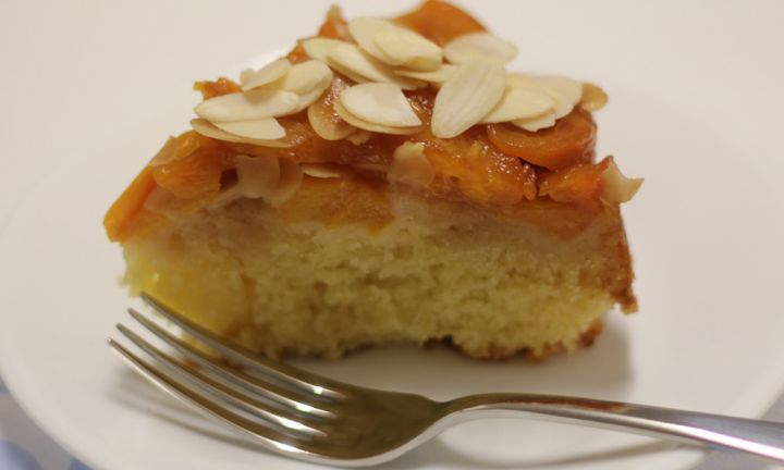 Upside down cake with peach and almond