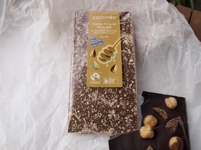 Lindsay & Edmunds Fairtrade milk chocolate with honey almond praline 80g