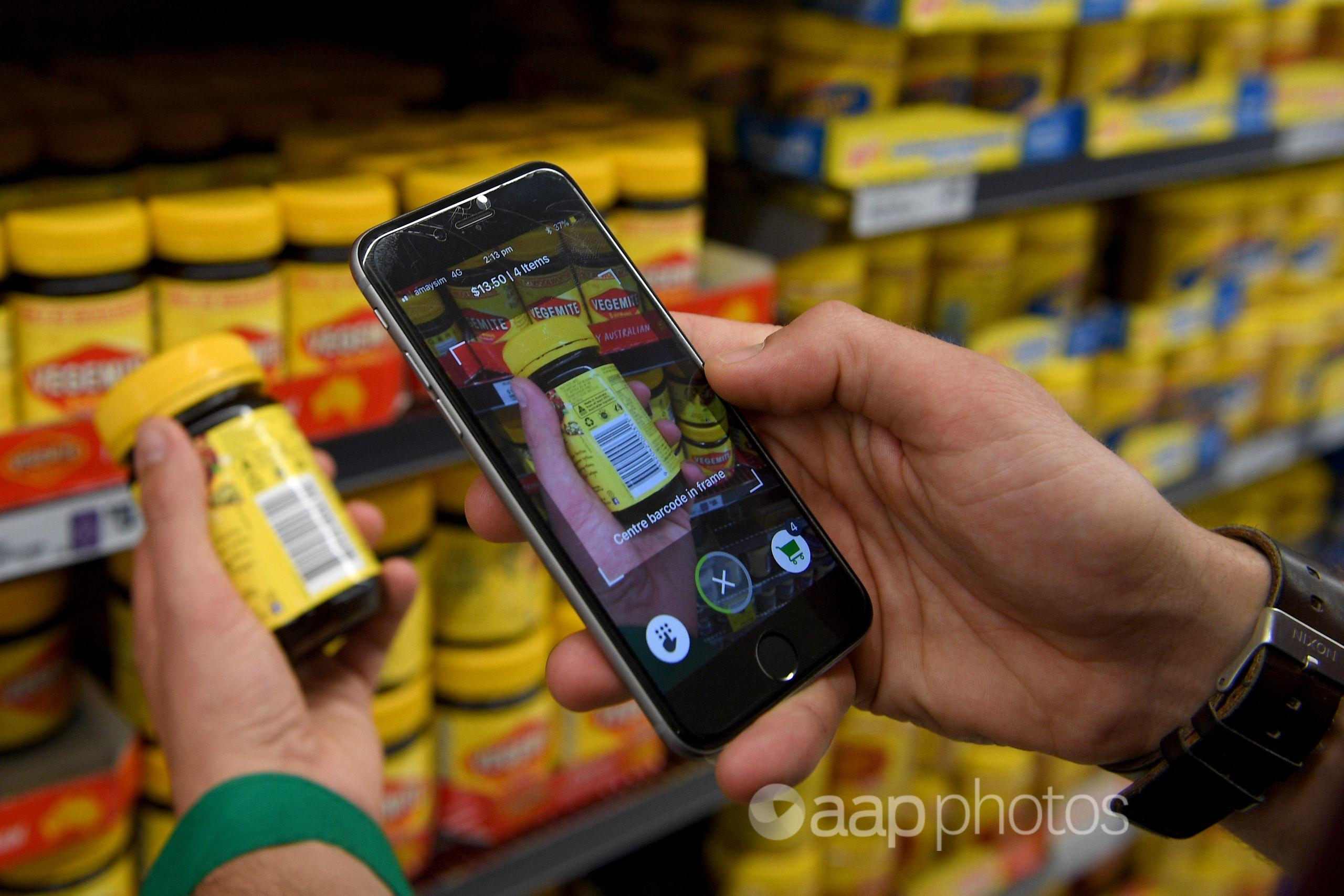 Woolworths' employee uses a new app in Sydney. (AAP/Dan Himbrechts)