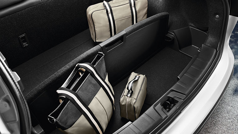 Configurable Rear Cargo System. QASHQAI Ti interior. Overseas model shown.