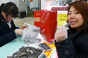 Eating sea cucumber