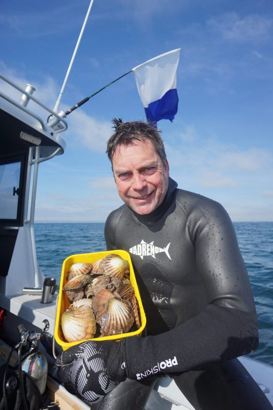 Owner of Adreno Tim Neilsen producing the goods on a quick scallop dive in Melbourne!