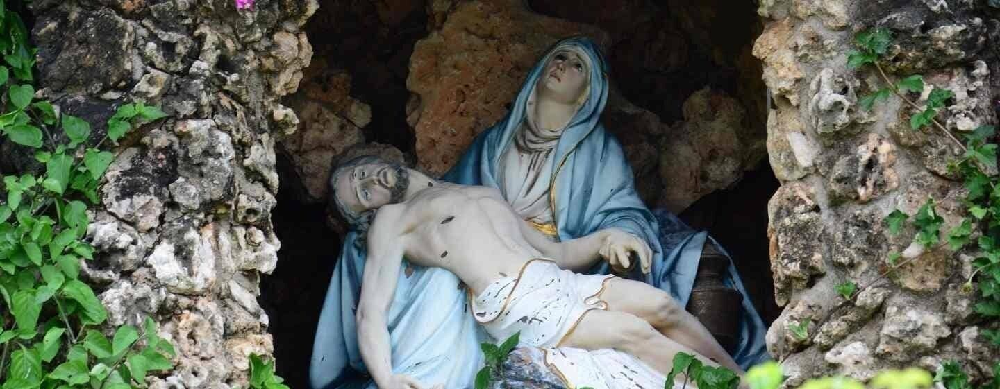 Mothers love mary jesus in cave
