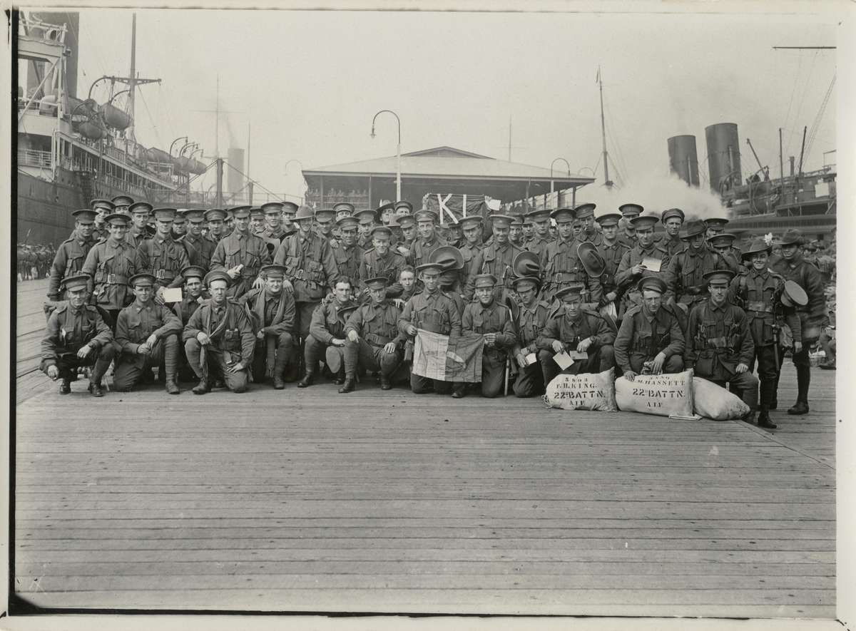 22nd Btn waiting to board HMAT NESTOR, Hassett is kneeling, second from right, front row. #00027618 ANMM Collection