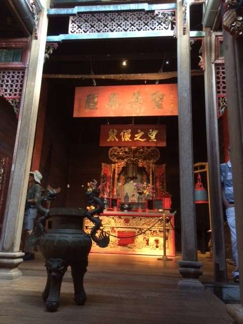 The remarkable interior of the Hou Wang temple