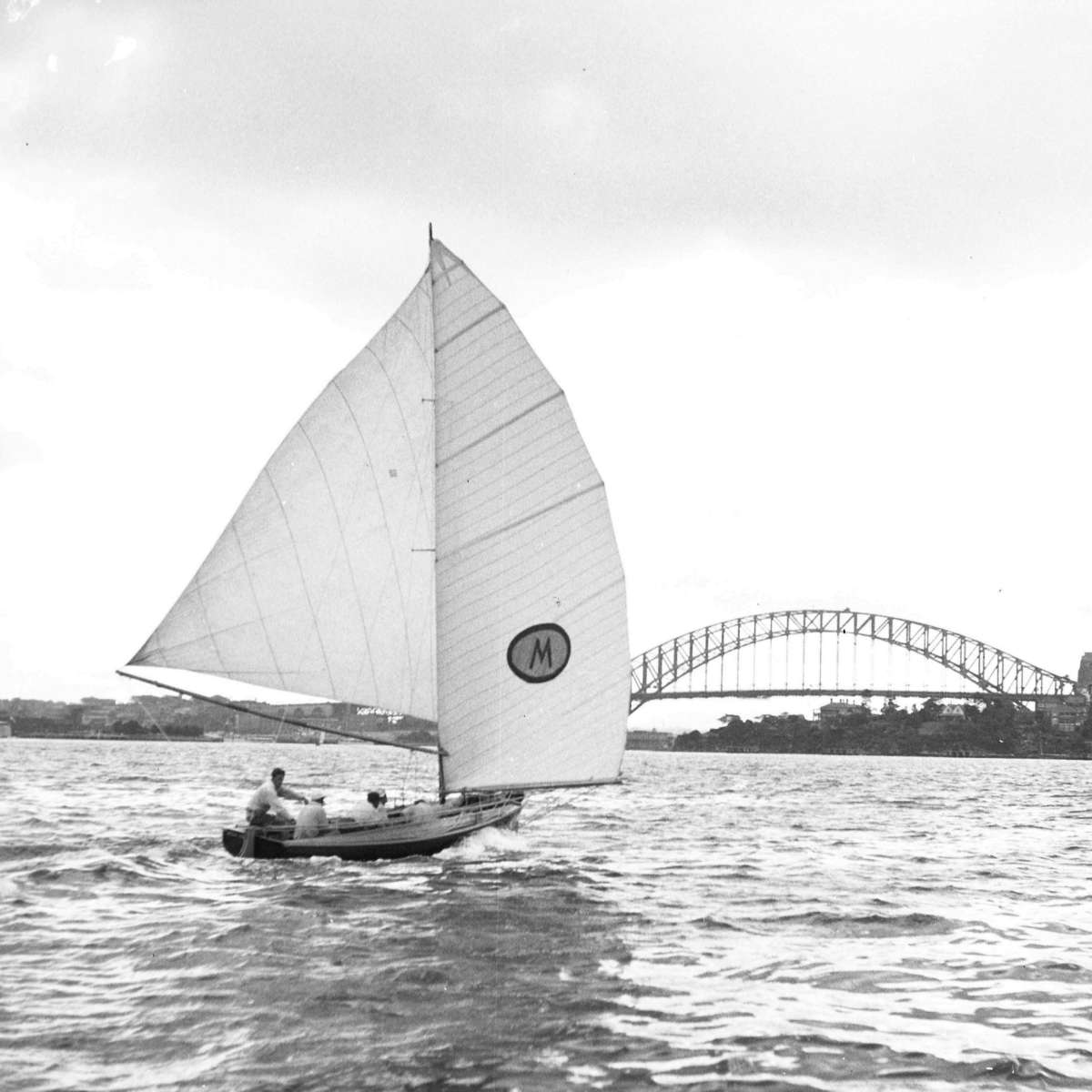 18-footer MYRA TOO on Sydney Harbour, 1951. Photo by William Hall, ANMM Collection