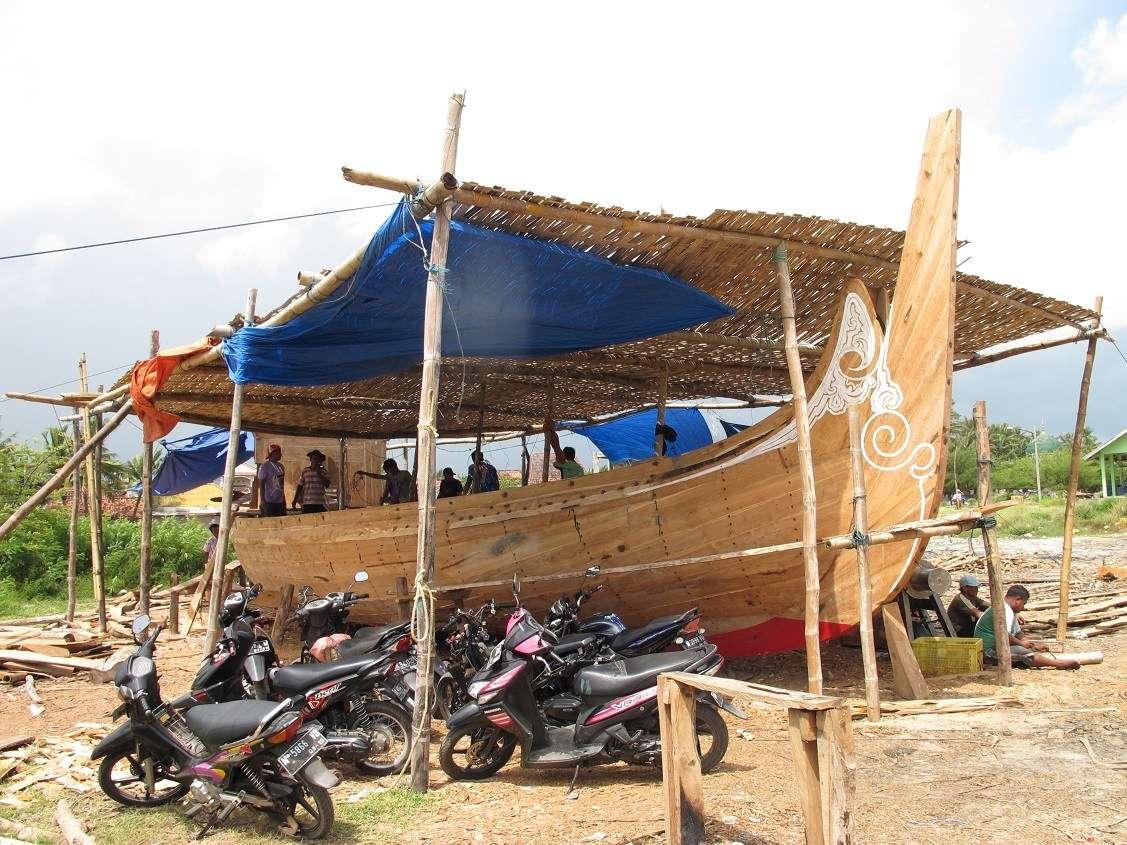 Teak-planked perahu selerek nearing completion, Pasongsongan, Madura.