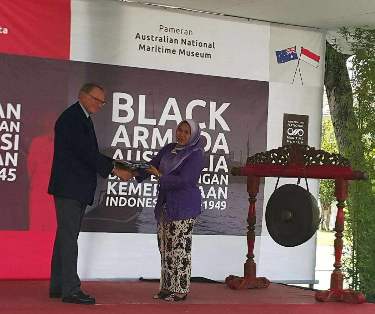 ANMM Chairman Peter Dexter AM and MBV Director Ibu Azzah exchange gifts at the opening of Black Armada.