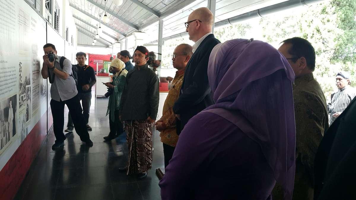 Australian Ambassador Paul Grigson, curator Stephen Gapps, Indonesian Ambassador to Australia Nadjib Kesoema and ANMM Chairman Peter Dexter take a tour of the exhibition.