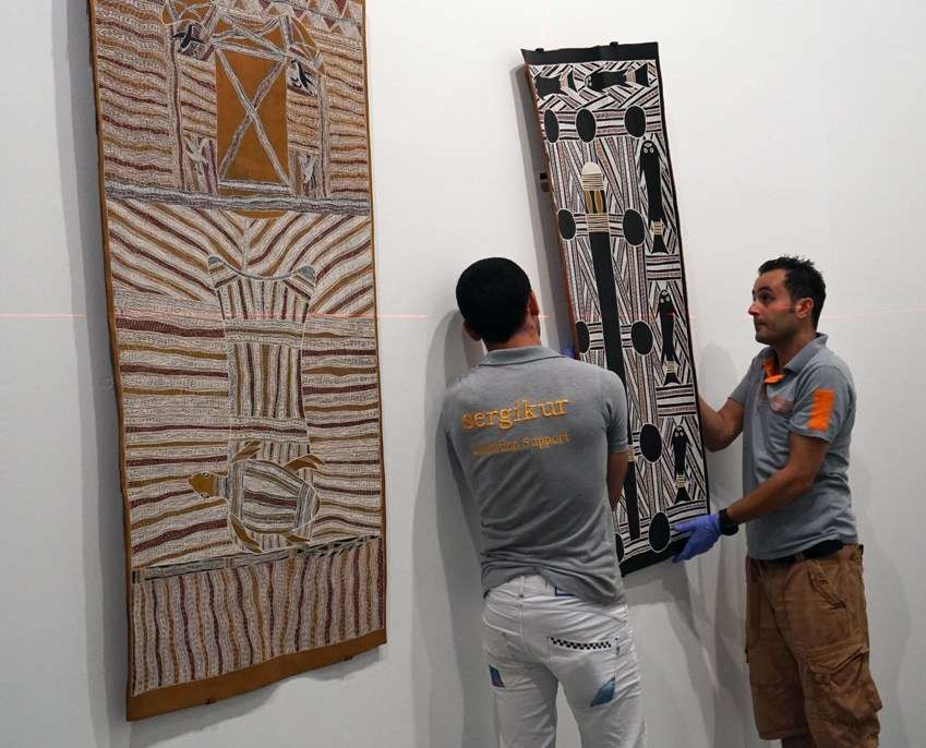 Installing the second bark at Istanbul Modern