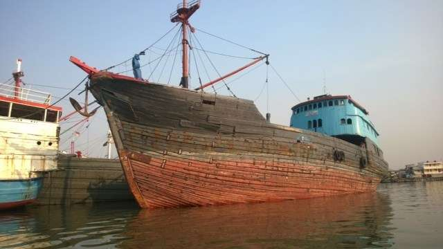 A Pinisi high in the water before cargo is loaded
