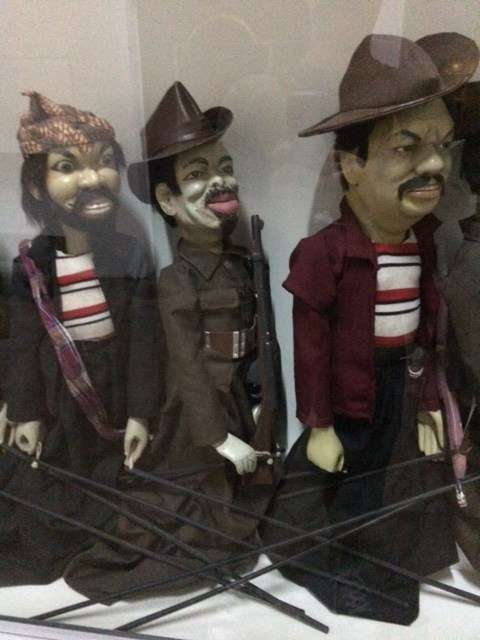 Puppets telling the story of independence, with Dutch armed forces characters alongside guerrilla fighters.
