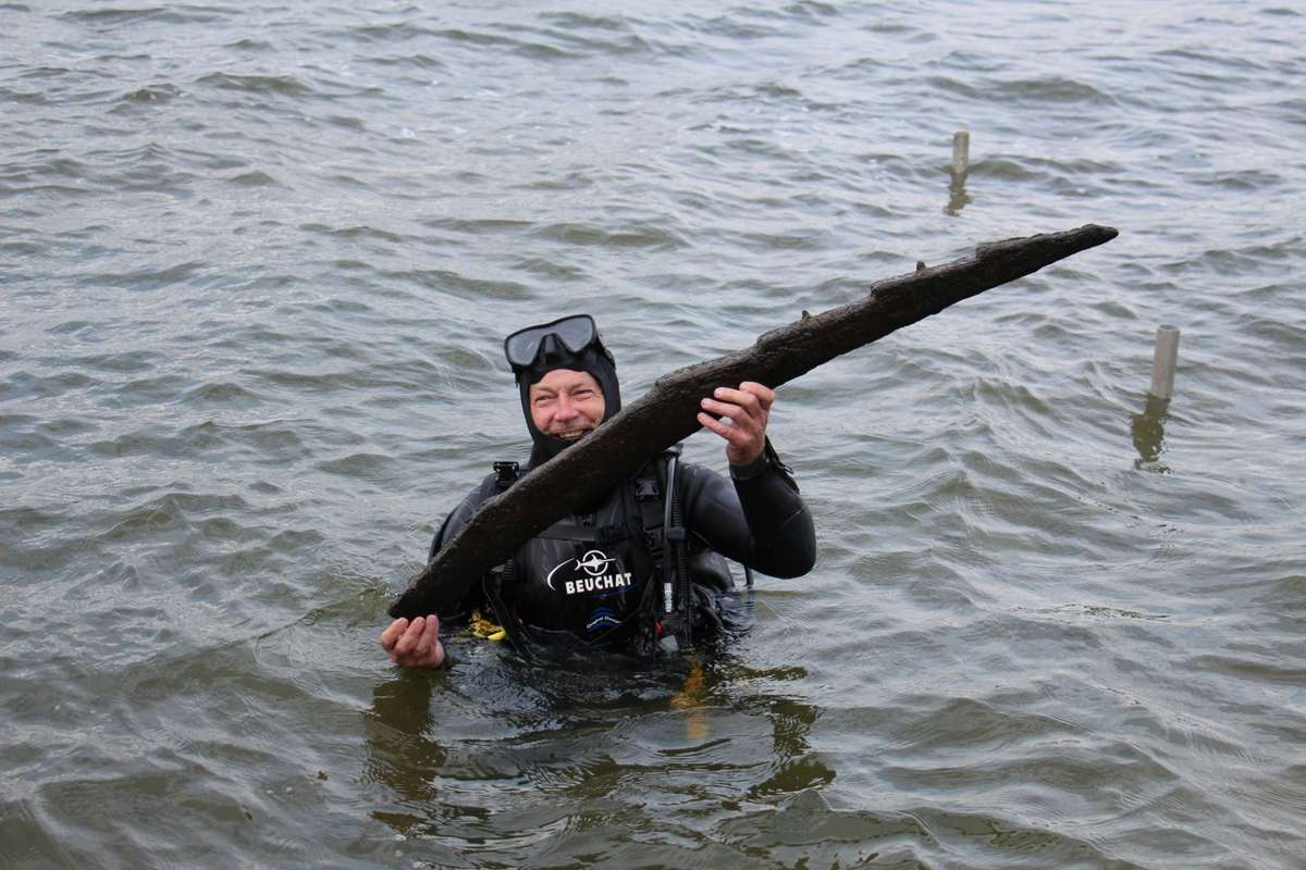 A timber frame from a Viking Age ship brought to the surface by maritime archaeologist Jörgen Denckert of the Viking Ships Museum Roskilde, during field work in 2014. Sjöhistoriska Museet