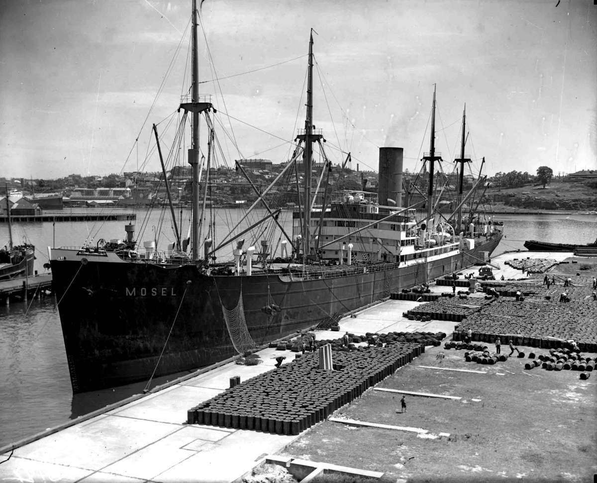 Break bulk cargo before the arrival of the container, c1930. Image: Samuel J Hood Studio, Sydney / ANMM Collection 00035166.