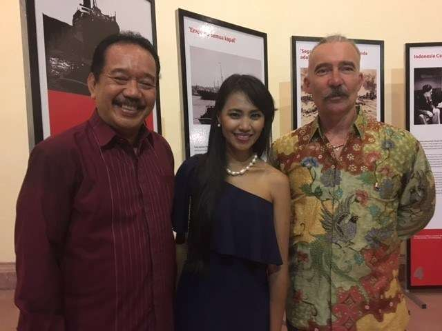 The son of the King of Bali, the Great Grandaughter of Ngurah Rai and curator Stephen Gapps at the exhibition opening