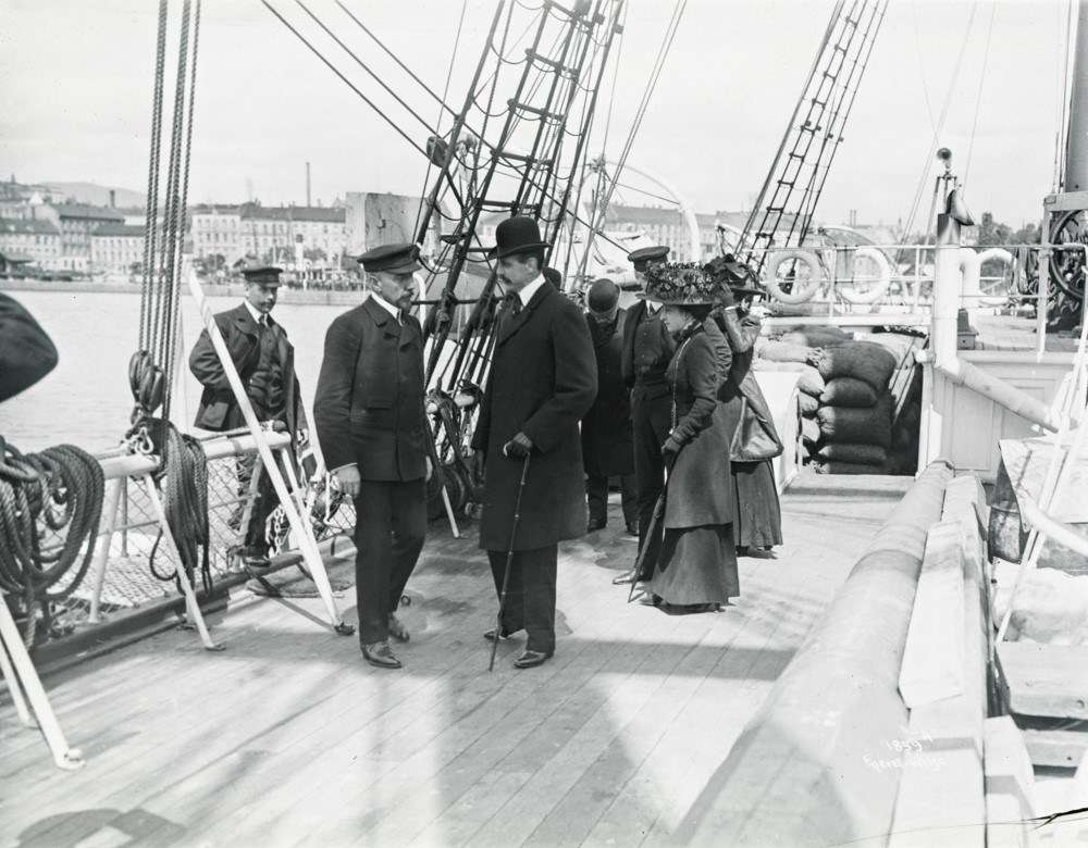 Amundsen with the Norwegian King Haakon and Queen Maud, June 1910, Kristiania Harbour, Oslo. Image: Photographer Anders Beer Wilse courtesy Fram Museum.