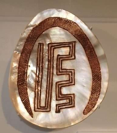 <em>Aalingoong</em>. <em>Riji</em> (engraved pearlshell) designed by Aubrey Tigan Galiwa depicting the metaphiscal serpernt <em>Allingoong</em> (commonly known as the rainbow serpent) as he deposits pearshell in the bays of King Sound (Kimberley, WA). Courtesy Peter and Sarah Yu