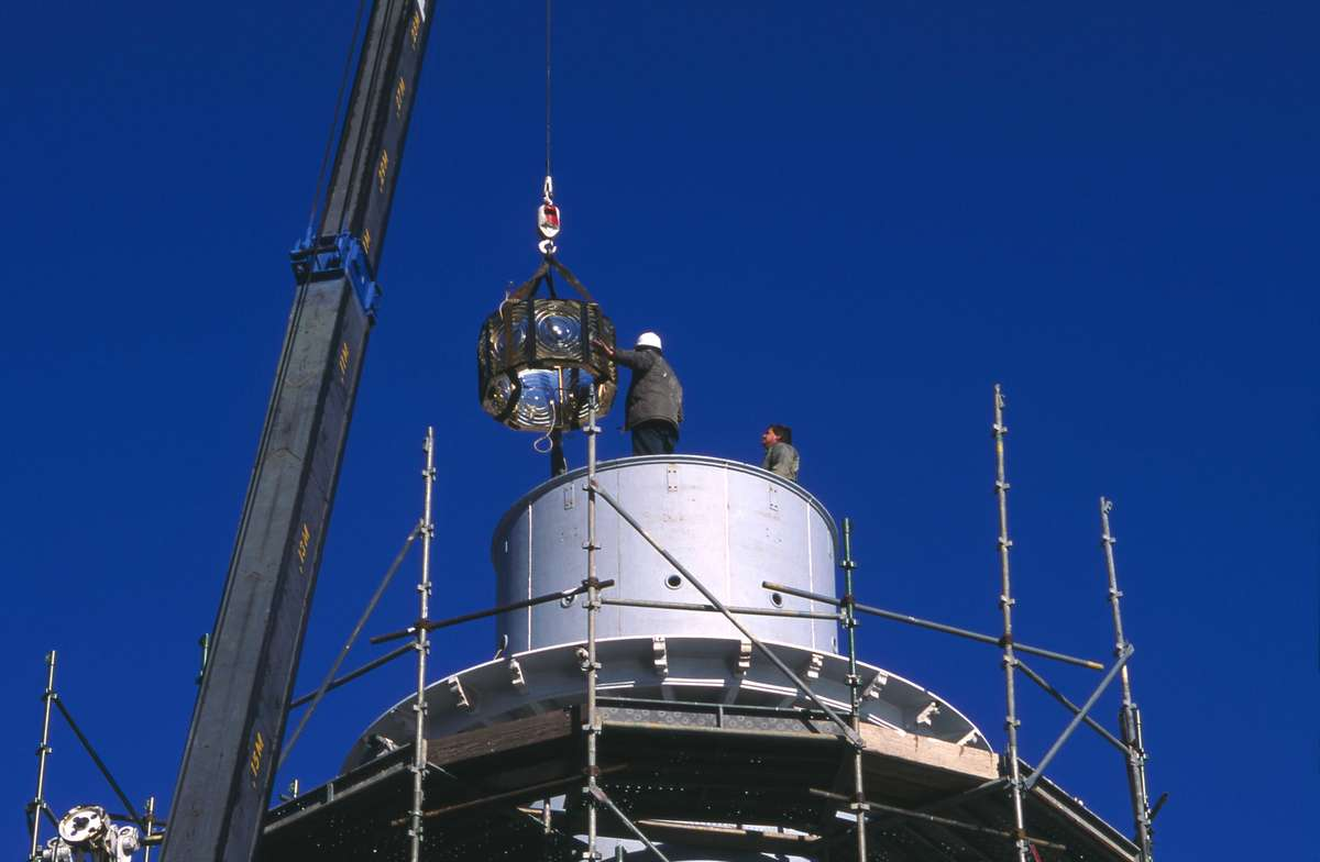 Craning a section of the lens into place, 20 July 1994. Image: ANMM.