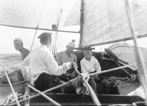 Harold Nossiter at sea with a willing and casually dressed crew. ANMM Collection 00014013.