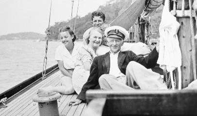Harold Nossiter showing how relaxed a captain can be with an appreciative crew. ANMM Collection 00014299.