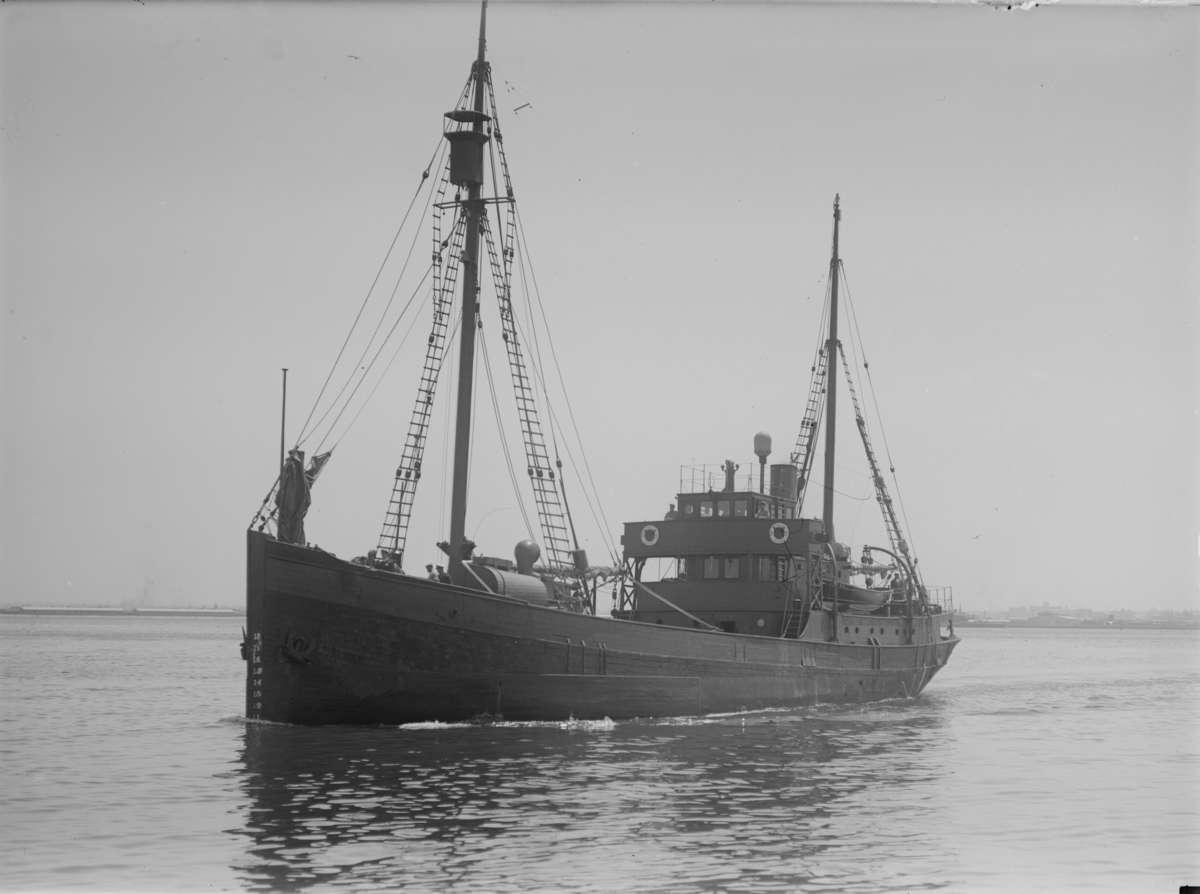 HMAS Wyatt Earp under way in Port Phillip Bay, 1947. Photographer Allan C Green, image State Library of Victoria H91.108/3017.
