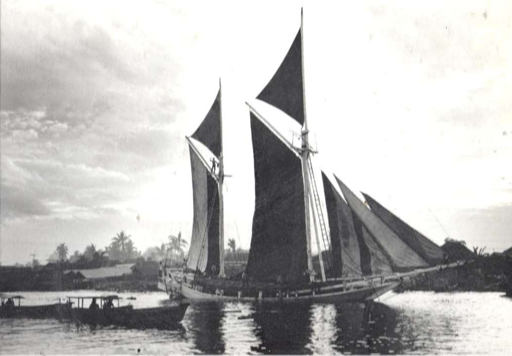 Last of the engineless <em>pinisi </em>setting sail for Java with a cargo of sawn timber, Banjarmasin, South-East Kalimantan 1983. Photograph: Jeffrey Mellefont.