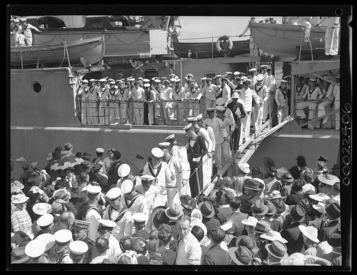 The arrival of HMAS <em>Perth</em> in Sydney, April 1940, with crew and family crowding the wharf. Samuel Hood/ANMM Collection <a href'http://collections.anmm.gov.au/en/objects/details/26484/arrival-of-hmas-perth?ctx=a2c1db1b-c3b9-4b7c-a457-6d5ad8a31195&idx=0'>00022406</a>.