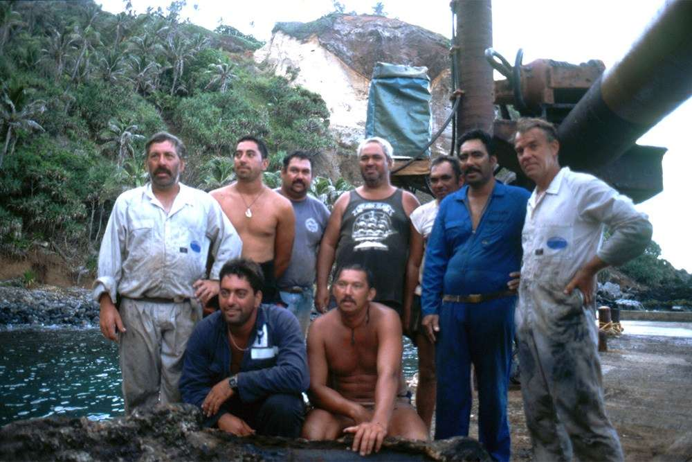 Team shot of raising the Bounty cannon at Pitcairn Island, in 1999. Image: Nigel Erskine.