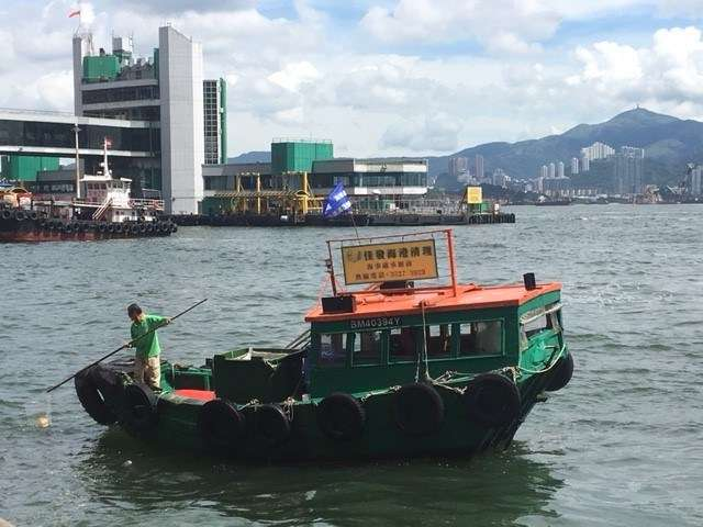 A garbage collecting boat in Hong Kong. Image: Stephen Gapps/ANMM.