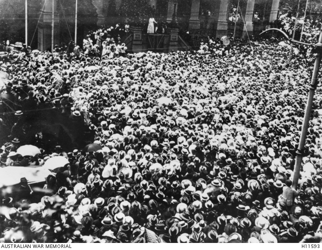 Adelaide, South Australia. 1918-11. A huge crowd at Parliament House for the Declaration of the Signing of the Armistice. (Donor W.S. Smith)