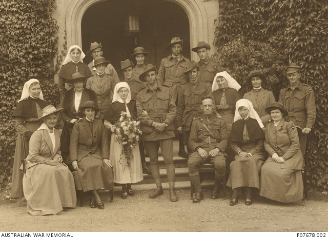 Group portrait of Australian soldiers and nurses,1917. P07678.002