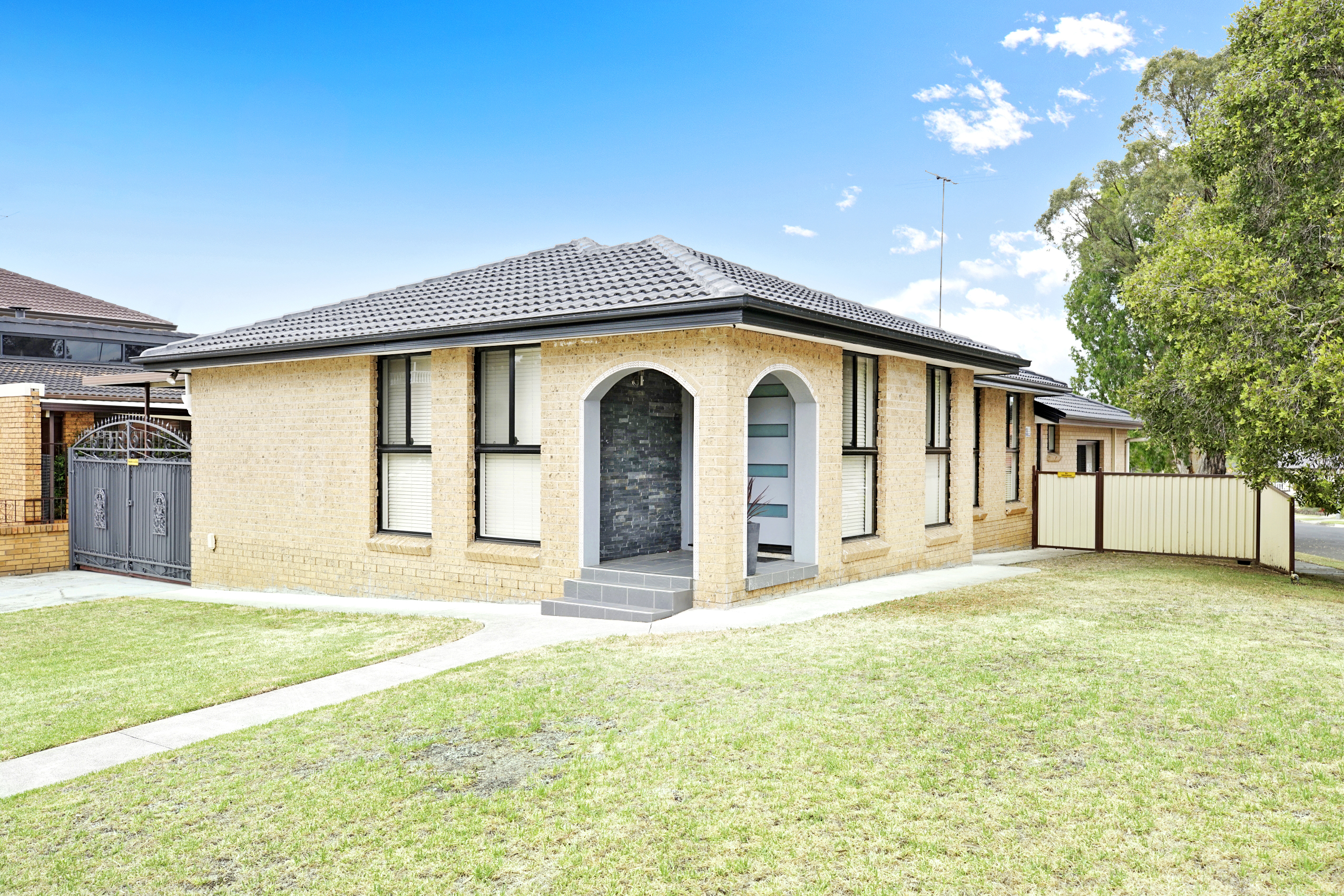 HOUSE + GRANNY FLAT! LOCATED IN ONE OF PRAIRIEWOOD'S PRIME POSITIONS!