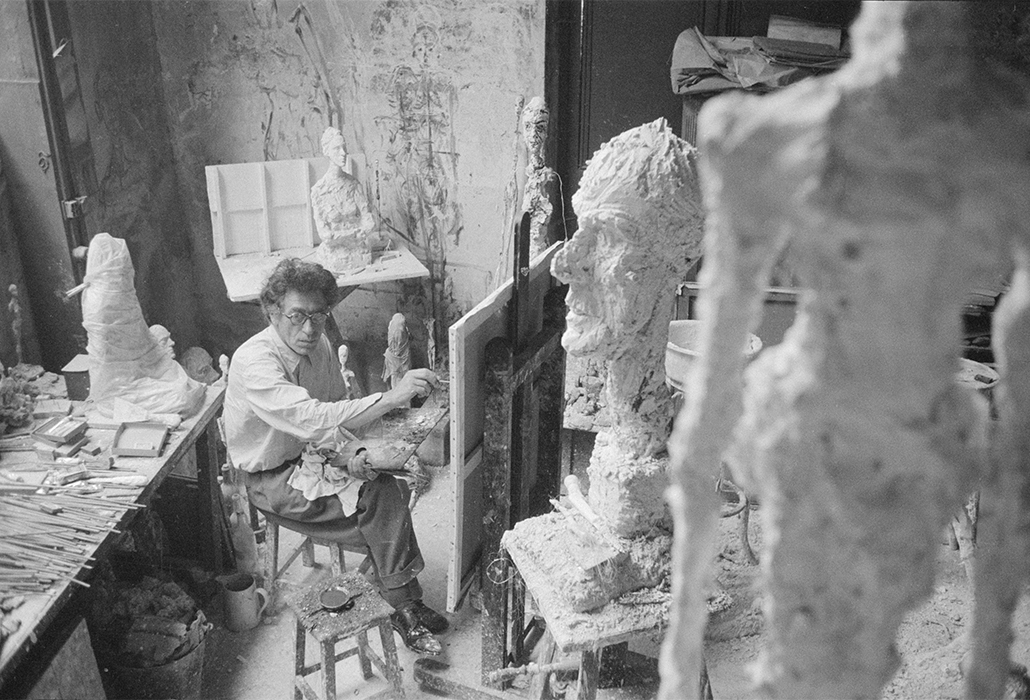 Giacometti Paris Alberto Giacometti painting in his Paris studio, 1958 Photo: Ernst Scheidegger © 2018 Stiftung Ernst Scheidegger– Archiv, Zu?rich courtesy Solomon R. Guggenheim Museum, New York