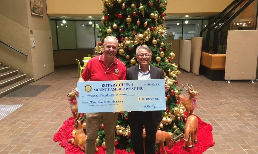David Burt from Rotary Club of Mount Gambier West presenting a donation to Mayor Andrew Lee towards the Mount Gambier Community Christmas Appeal.