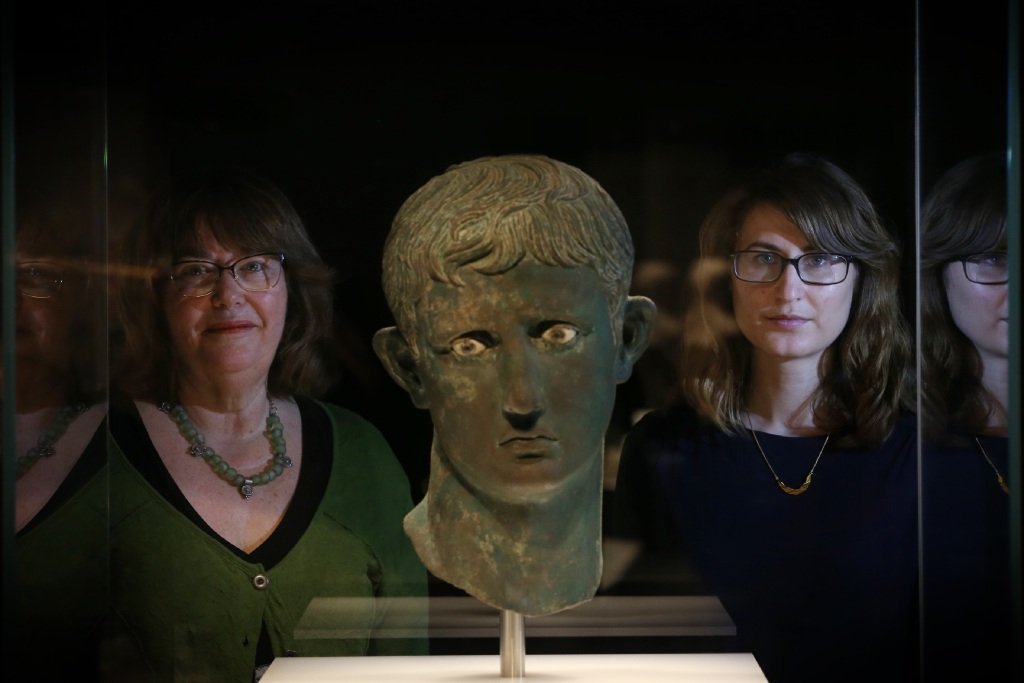 Dr Moya Smith (WA Museum Head of Anthropology and Archaeology) with Dr Belinda Crerar (British Museum curator) with the Head of Augustus. Andrew Ritchie d449972