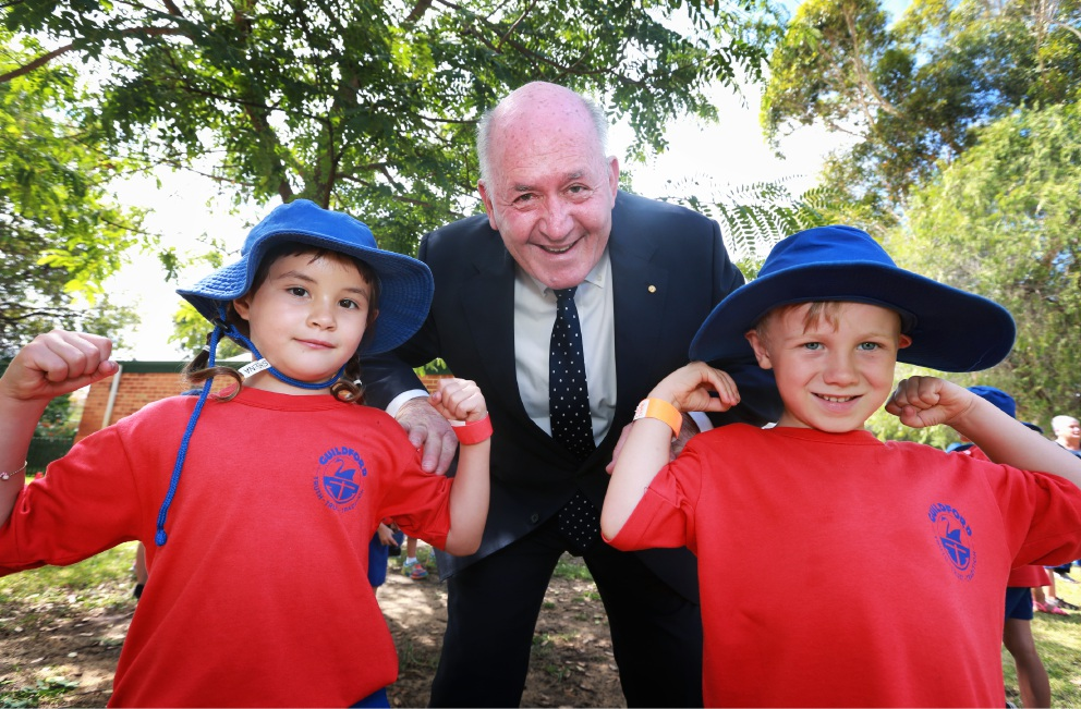 Governor-General Sir Peter Cosgrove with Guildford Primary School Year 1 students Sheena Ross and Oliver Hansen. Picture: David Baylis        www.communitypix.com.au   d451341