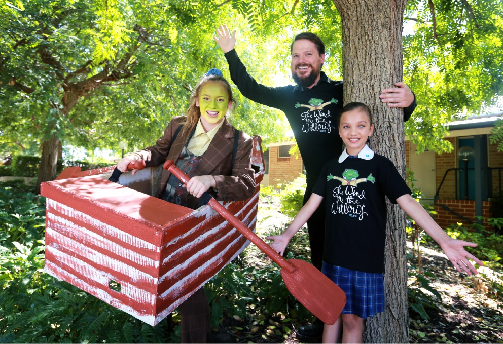 Year 12 student Jezzi Hatch, who plays Toad, director Simon James and Year 4 student Christina Moulds. Picture: David Baylis        www.communitypix.com.au   d450954