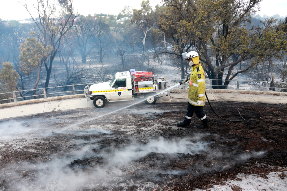 Firefighters work to extinguish the blaze in Ellenbrook. Picture: David Baylis        www.communitypix.com.au   d450960