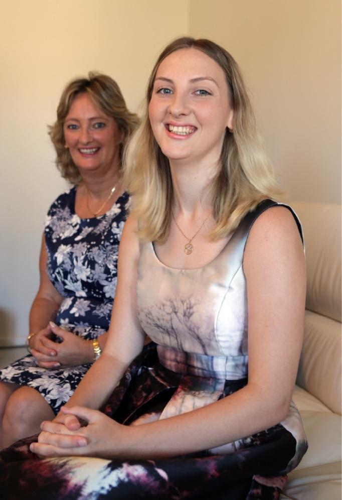 Award winner Ellie Moir with her mother  Lynette Hallam. d449034