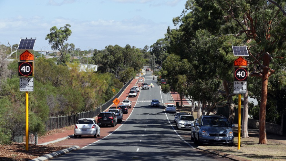 The flashing 40km/h signs at Connolly Primary School. www.communitypix.com.au   d449364