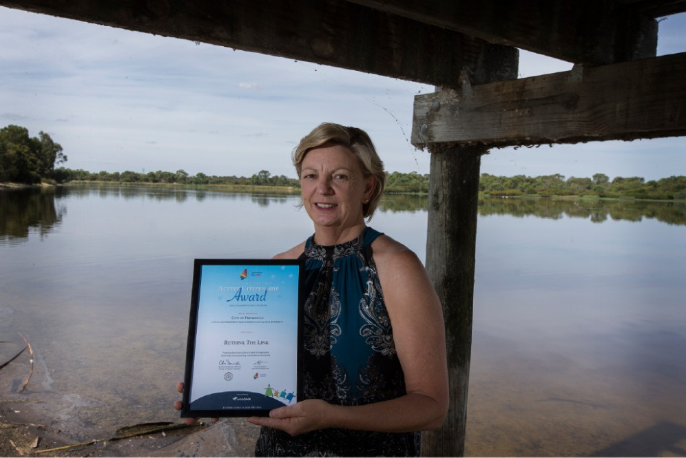 Rethink the Link co-ordinator Kim Dravnieks with the group's Premier's Award. Picture: Will Russell www.communitypix.com.au   d449117
