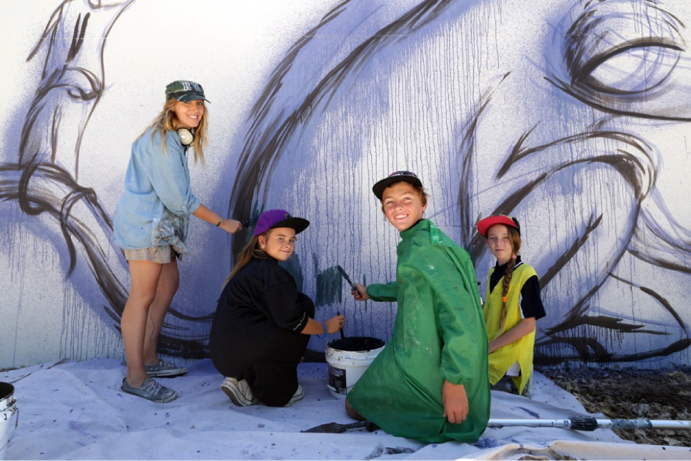 Artist Hayley Welsh with students Violet Pickering, Jayden Smith and Nikita Decke. Pictures: Martin Kennealey                                                  www.communitypix.com.au   d447879