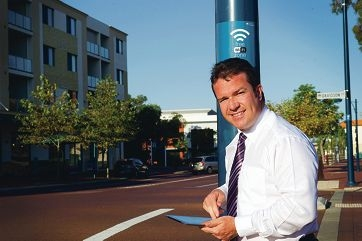Mayor Troy Pickard uses the free WiFi service. Picture: Emma Reeves www.communitypix.com.au d398545