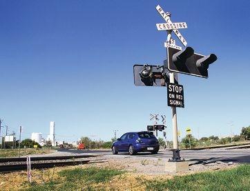 There are no boom gates at the Mason Rd train crossing.