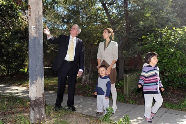 Town of Claremont Mayor Jock Barker with local resident Zeynep Oortgiesen and children Tan (2) and Mina (4). d401688