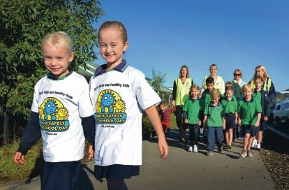Makybe Rise Primary School Year 2 students Maykala Sinclair and Jenna Cardew out the front of students and parents. Picture: Elle Borgward www.communitypix.com.au d401239